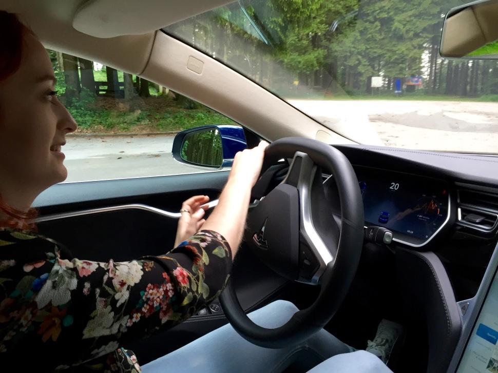 Tesla_driving