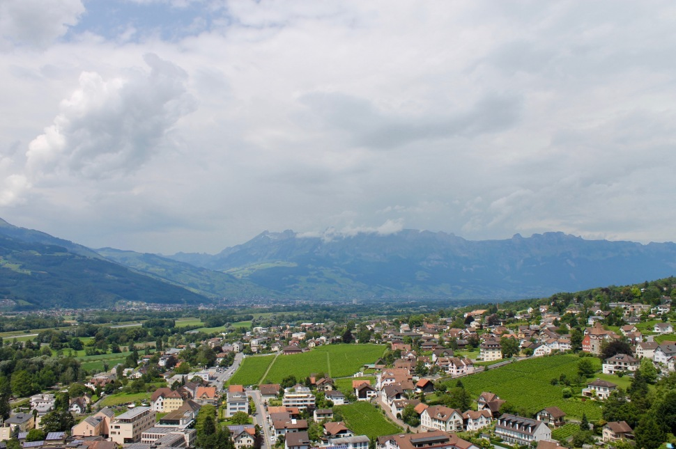 liechtenstein_vaudz_city_above_mountains