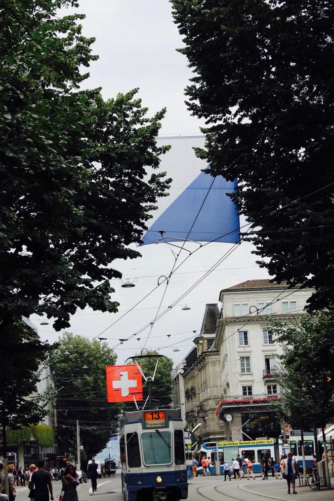 zürich_city_bahnhofstrasse_flag_tram
