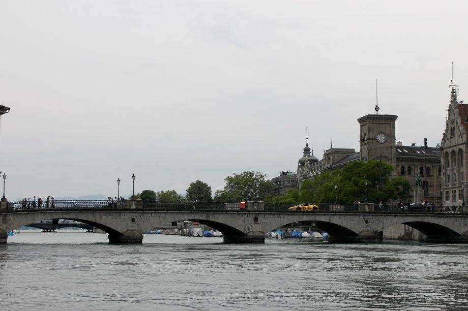 zürich_river_car