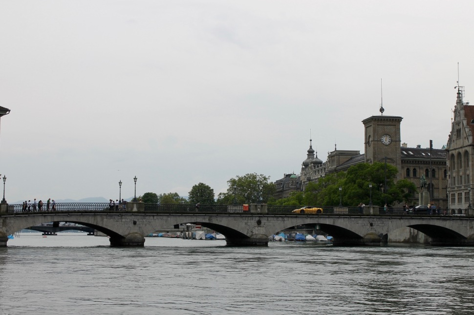 zürich_river_car