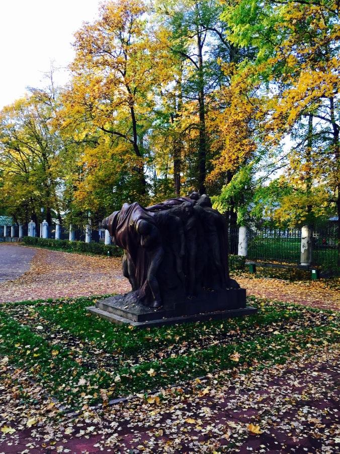 gorki_leninskiye_monument