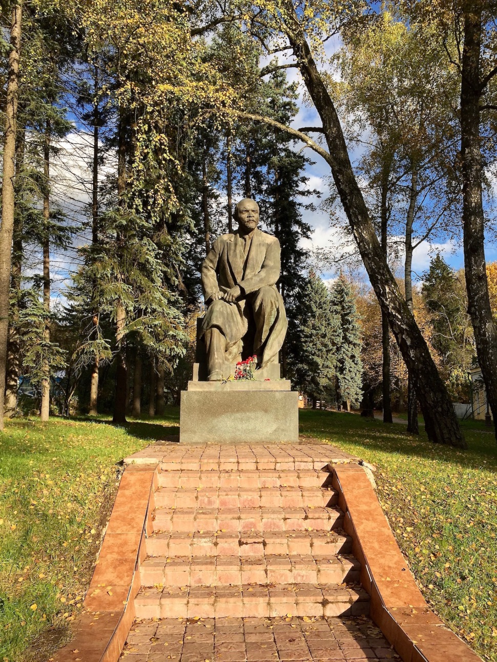 gorki_leninskiye_statue