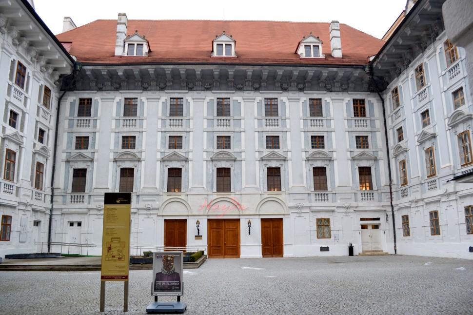 Burgenland_Eisenstadt_palace_patio