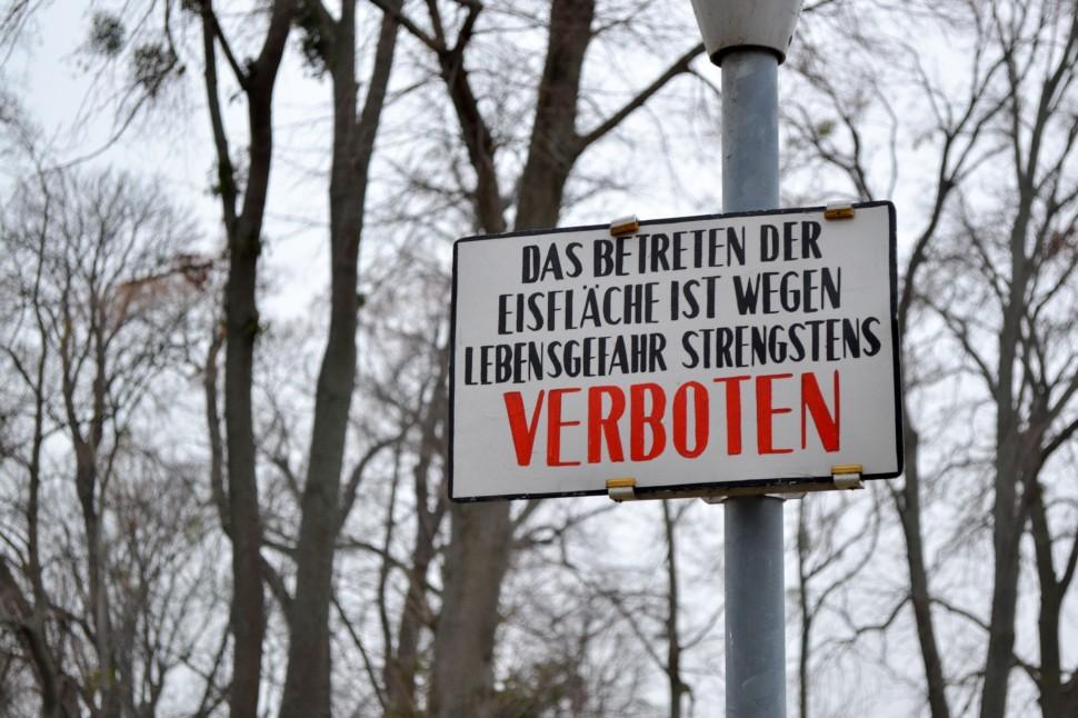 Burgenland_Eisenstadt_park_pond_frozen_sign