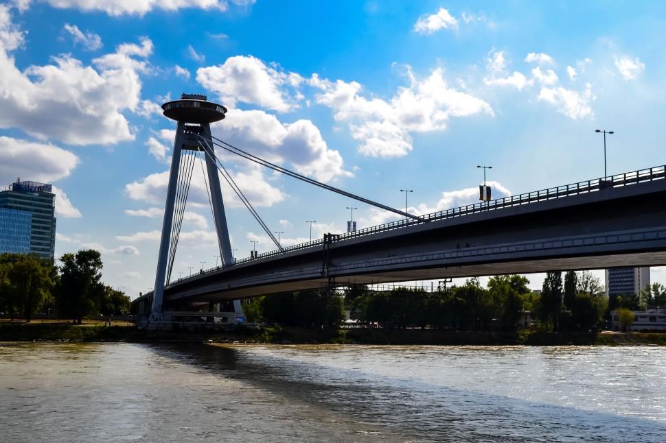 Bratislava_ufo_bridge_danube.jpg