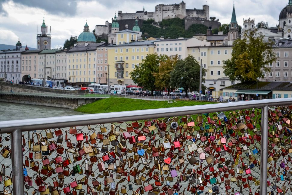 Salzburg_city_river_bridge_lovelocks