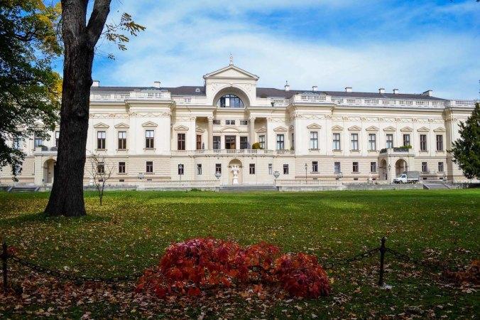 Autumn_vienna_liechtenstein-park_foliage_palace