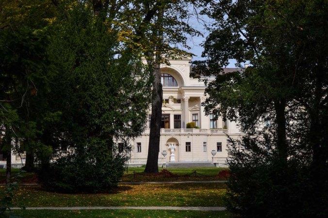Autumn_vienna_liechtenstein-park_garden_palace_trees