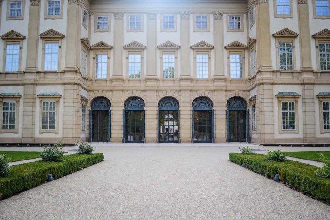 Autumn_vienna_liechtenstein-park_palace_back