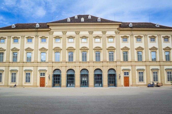 Autumn_vienna_liechtenstein-park_palace_building