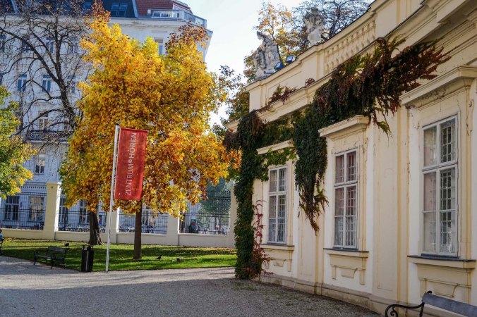Autumn_vienna_liechtenstein-park_palace_flag_tree