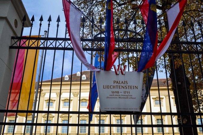 Autumn_vienna_liechtenstein-park_palace_flags