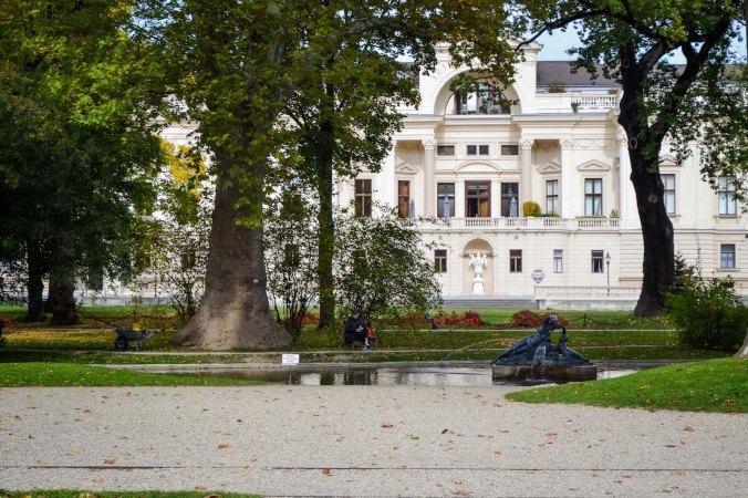 Autumn_vienna_liechtenstein-park_palace_garden