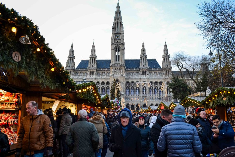 vienna_christmas-market_rathausplatz_people