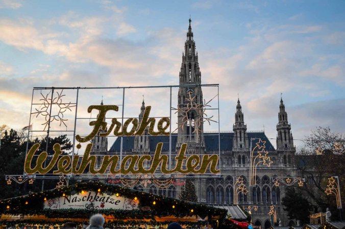 vienna_christmas-market_rathausplatz_sign_frohe-weihnachten