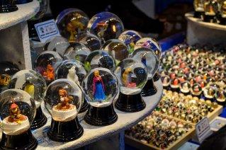 vienna_christmas-market_rathausplatz_stall_snowglobe