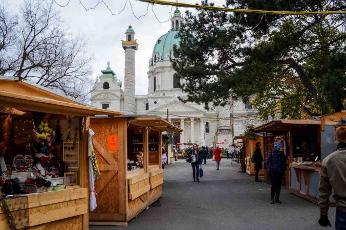 vienna_christmas-market_stalls_church