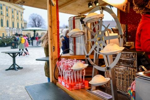 vienna_christmas-markets_schönbrunn_germknödel