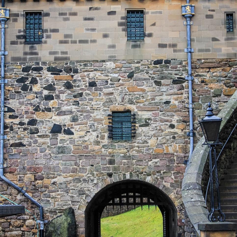 uk_scotland_edinburgh_city_architecture_walkway